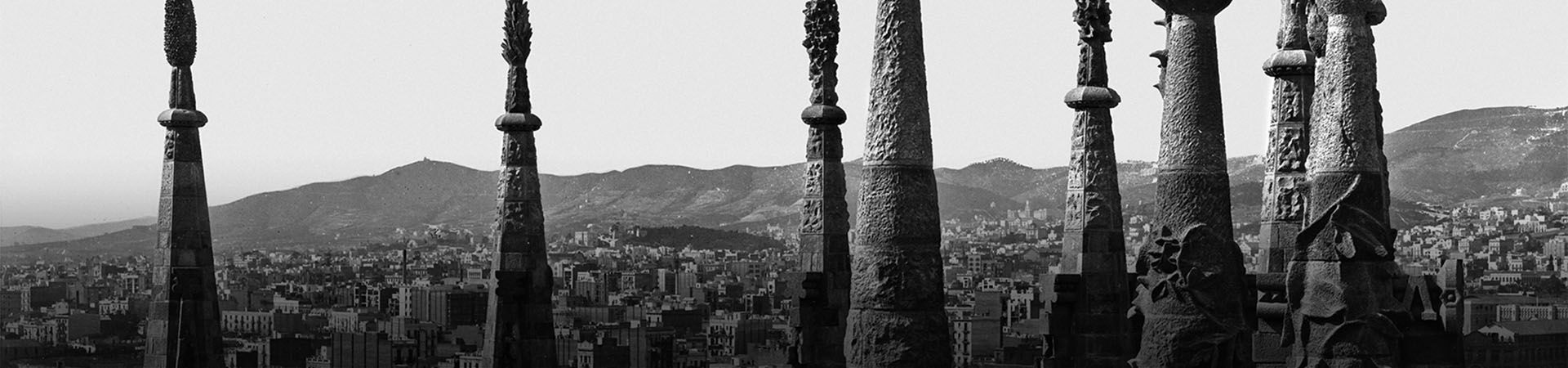 Vista parcial de Barcelona a través dels pinacles de la Sagrada Família.