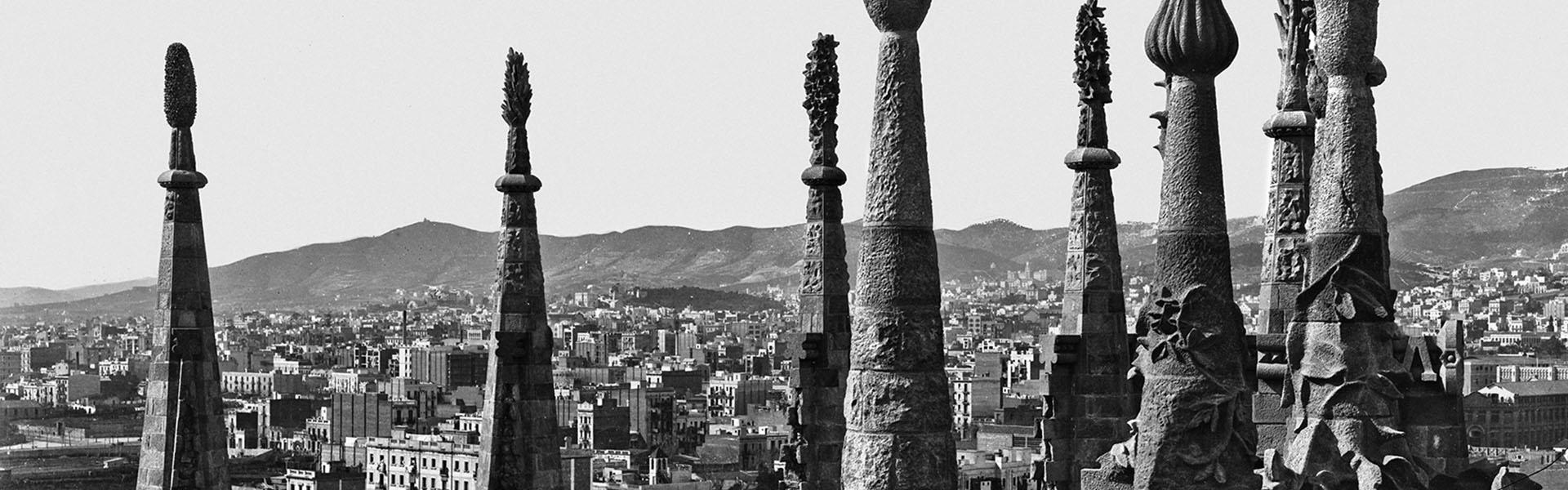 Vista parcial de Barcelona a través dels pinacles de la Sagrada Família. Barcelona, 1906. Col·lecció Thomas / IEFC Ref. ACM-3-721