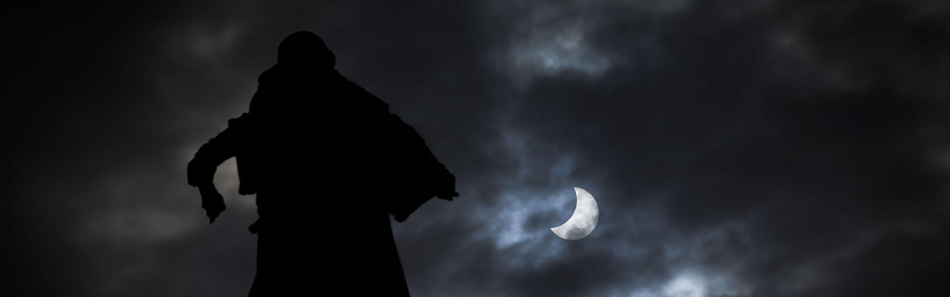 La estatua de Colón (Barcelona) señala el eclipse solar del 20 de marzo de 2015. Foto: Pere Virgili