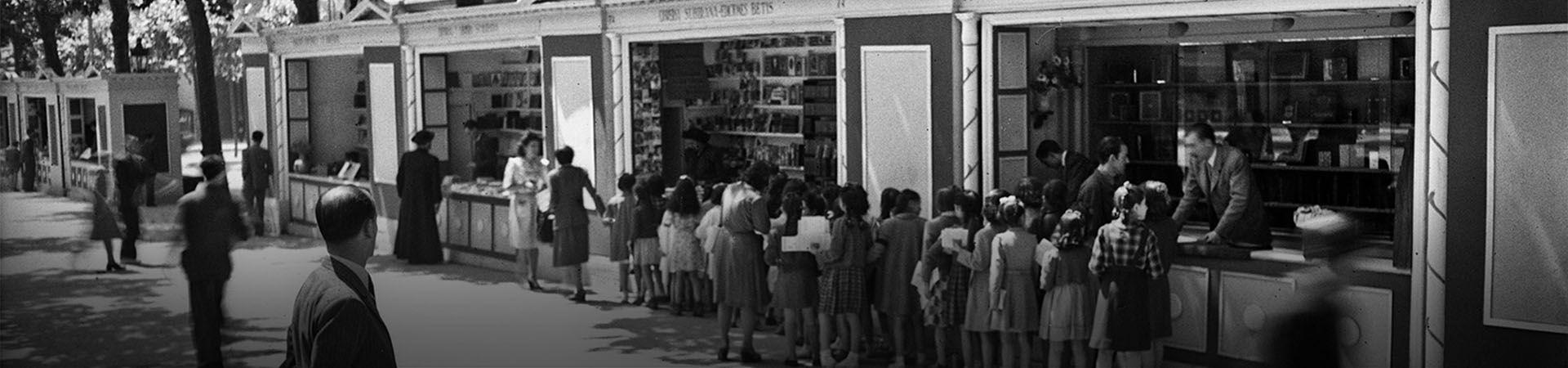 Paradas de venta de libros en el Paseo de Gràcia. Barcelona, años 40.