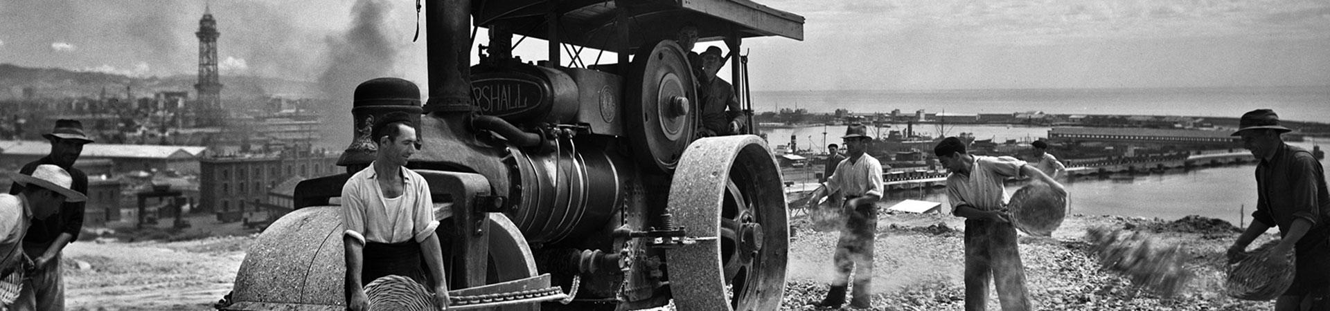 Màquina aplanadora treballant als jardins de Montjuïc. Barcelona, anys 40-50. Col. Plasencia / IEFC