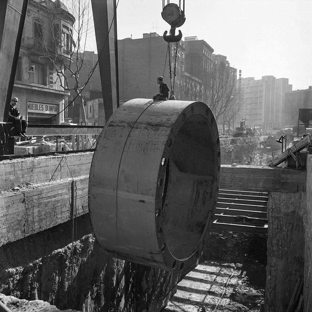 Operacions de baixada de tuneladora durant les obres del metro a Ronda de Sant Pau. Col. Plasencia / IEFC