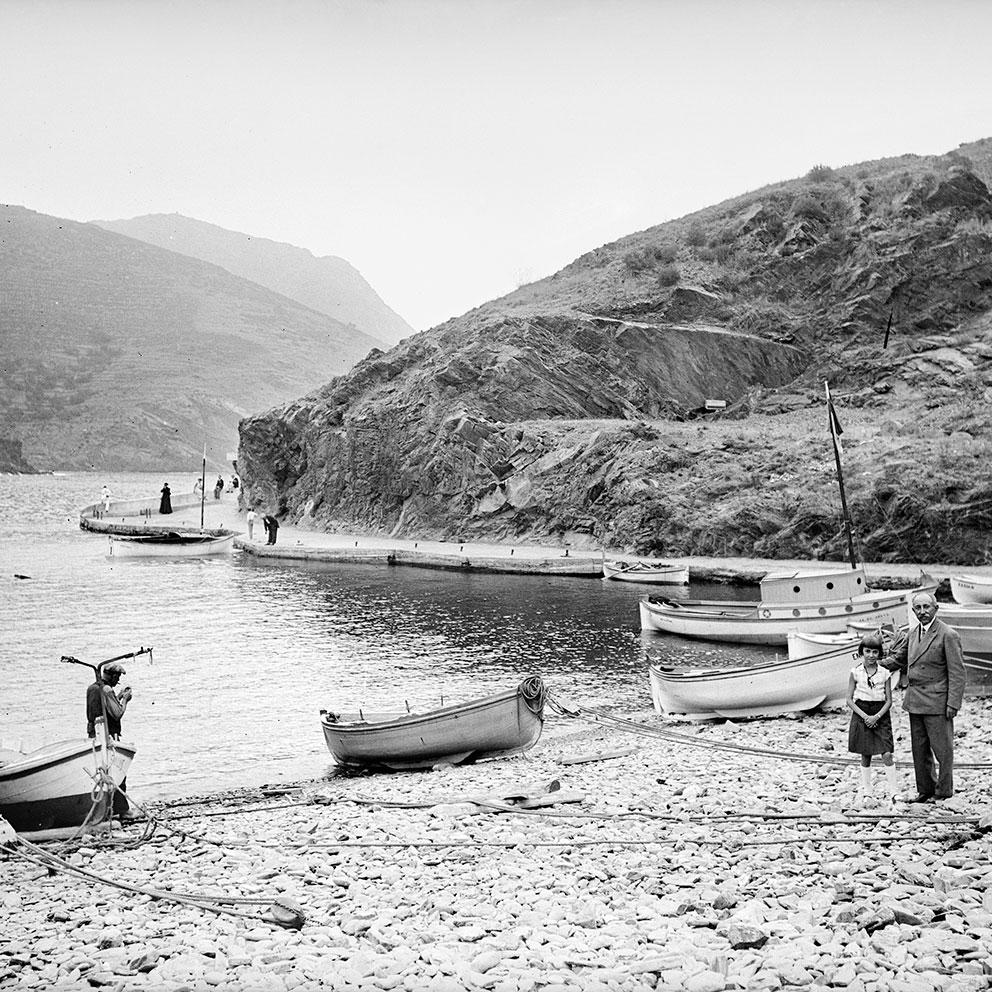 Barques al racó de ponent de la platja Gran. Portbou, 1935. Col·lecció Roisin / IEFC