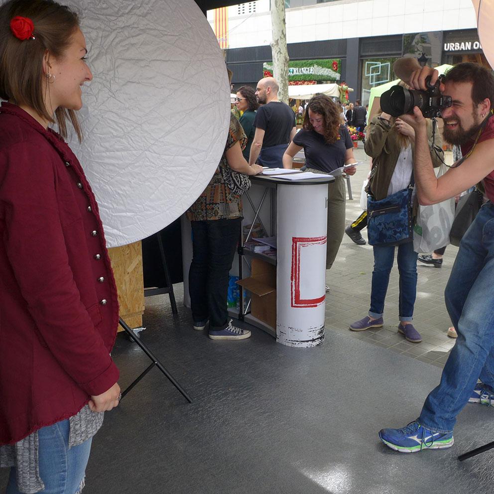 Plató fotogràfic de l'IEFC per Sant Jordi a Plaça Catalunya