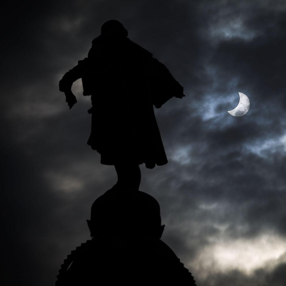 L'estàtua de Colom (Barcelona) assenyala l'eclipsi solar del 20 de març de 2015. Foto: Pere Virgili