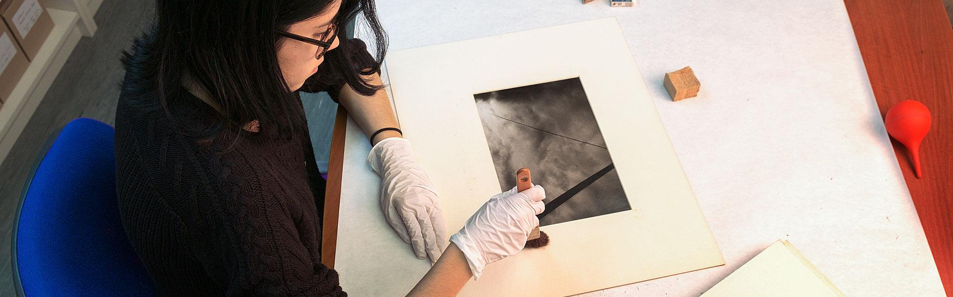 Pràctiques de restauració a la Fototeca de l