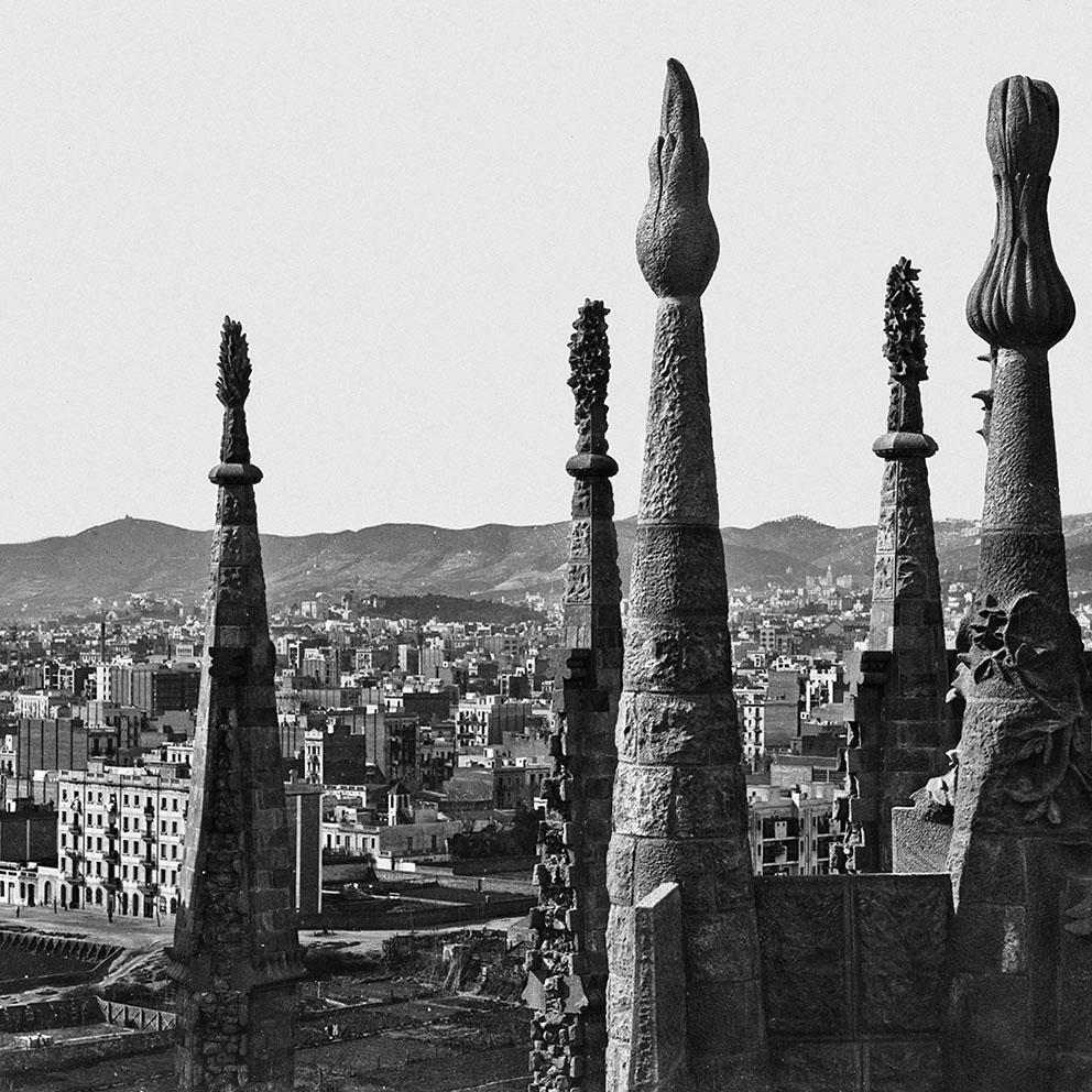 Vista parcial de Barcelona a través de los pináculos de la Sagrada Família. Barcelona, 1906. Colección Thomas / IEFC Ref. ACM-3-721