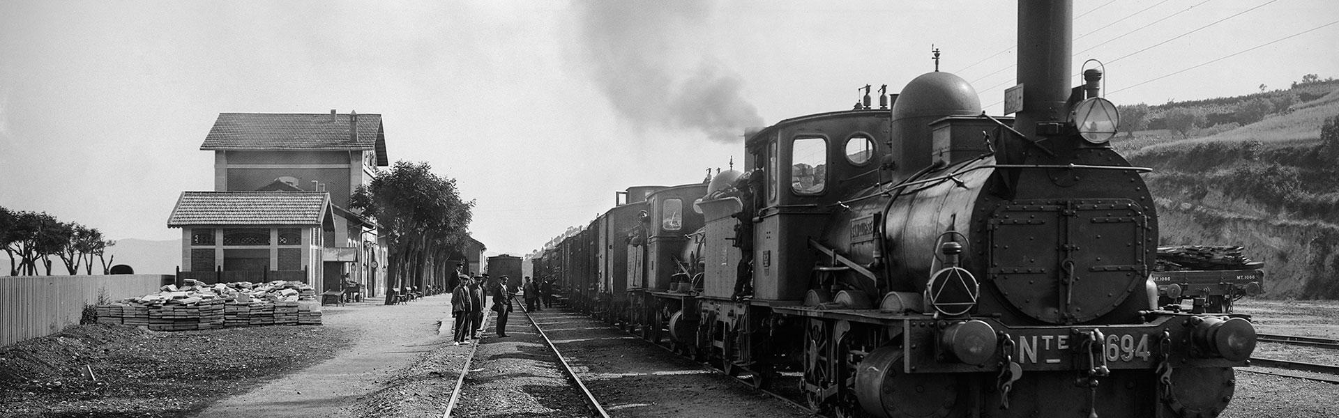 Locomotora ténder Norte 1694 amb tren de mercaderies de doble tracció. Granollers, anys