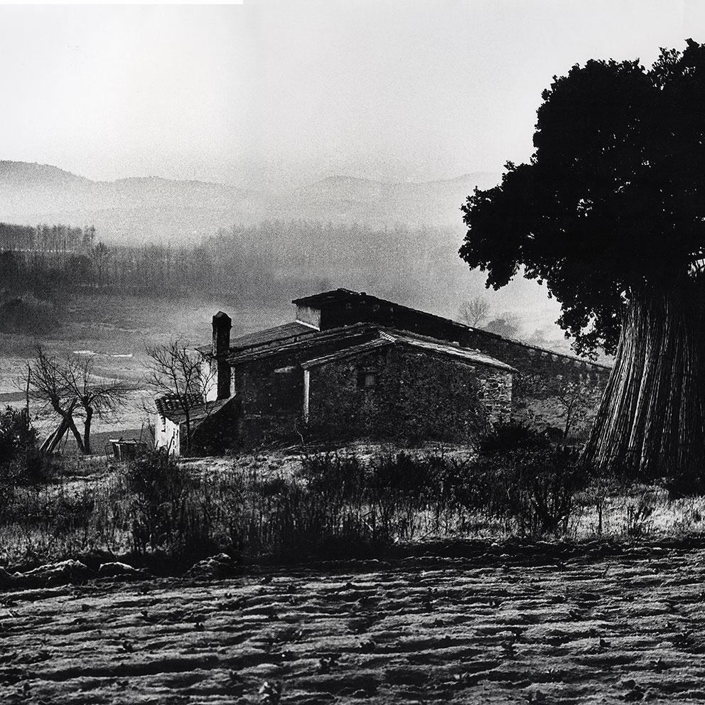 Bromes (1962). Paisatge amb masia. Foto: Josep Busoms